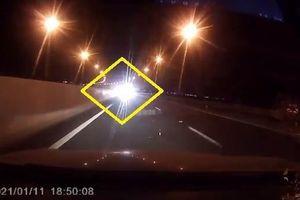 'Nhức mắt' với ô tô bật đèn pha, chạy ngược chiều trên cao tốc Hạ Long- Hải Phòng