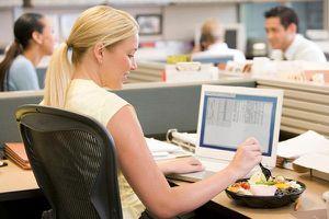 Thói quen khi ăn trưa khiến dân văn phòng dễ bị đau dạ dày