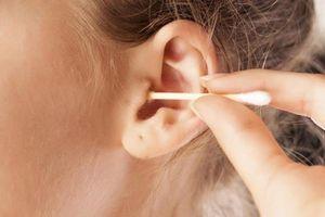 Nguy hại không thể ngờ khi lấy ráy tai