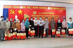 Tặng quà Tết cho công nhân lao động khó khăn