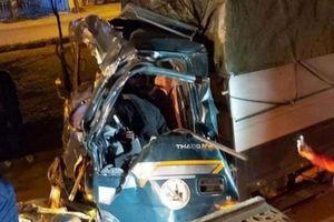 Đâm vào xe container đang đỗ ở làn thô sơ, lái xe tải tử vong tại chỗ