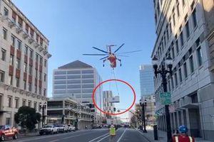 Đứt dây treo từ trực thăng, kiện hàng khổng lồ rơi tan nát xuống đường phố tại Mỹ