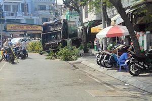 TP.HCM: Xe rác mất lái, tài xế gào thét 'mọi người tránh ra' rồi tông gãy cây xanh mới dừng lại
