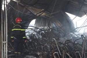 Bình Dương: Người dân phá tường thoát khỏi đám cháy