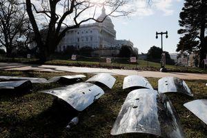 Khiên chống bạo động được xếp la liệt trên sân Điện Capitol