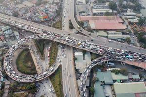 Cầu Vĩnh Tuy ùn tắc vì 2 ôtô gặp sự cố