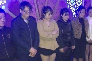 3 nam, 4 nữ say sưa thác loạn trong quán karaoke