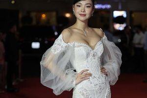 Minh Hằng, Quỳnh Lam khoe vai trần gợi cảm trên thảm đỏ Mai Vàng 2020