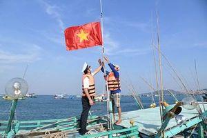 Tặng cờ Tổ quốc cho ngư dân