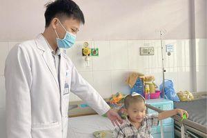 Phẫu thuật cứu thành công bé trai 2 tuổi bị lõm hộp sọ vì ngã xe đạp