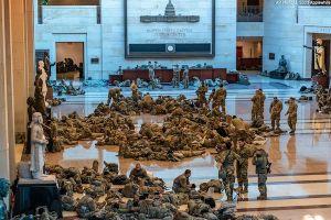 Choáng với cảnh tượng binh sĩ nằm ngủ la liệt bên trong tòa nhà Quốc hội Mỹ