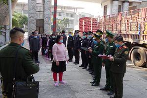 Đồn Biên phòng cửa khẩu quốc tế Thanh Thủy tiếp nhận 27 công dân do lực lượng chức năng Trung Quốc trao trả