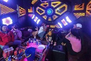 Phát hiện 9 đối tượng dương tính ma túy tại 2 quán karaoke