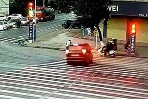 Cảnh sát chạy thoát khỏi ô tô sắp va chạm