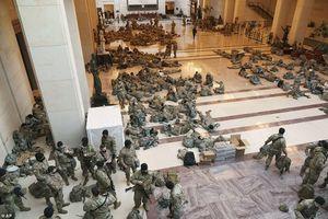 Binh sĩ nằm la liệt, nhà báo Mỹ ví Điện Capitol như căn cứ quân sự