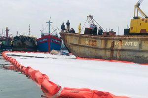 Khẩn trương xử lý sự cố tràn dầu trên âu thuyền, cảng cá Thọ Quang