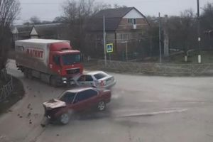Hai sedan tông thẳng vào nhau giữa giao lộ