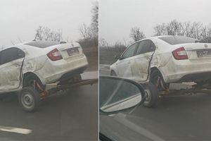 Ô tô hỏng 2 bánh sau vẫn chạy trên đường băng băng