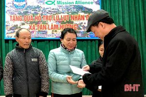 Trao 10.000 USD hỗ trợ người dân Hà Tĩnh bị thiệt hại do lũ lụt