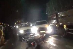Ô tô chở thuốc lá lậu tông xe cảnh sát, tẩu thoát như phim hành động