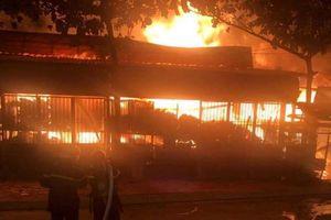 TP.HCM: Xưởng gỗ cháy ngùn ngụt, cảnh sát căng mình khống chế