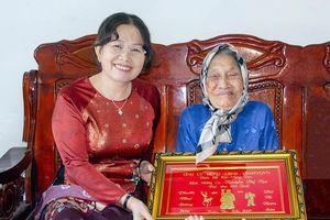Phó Bí thư Thường trực Tỉnh ủy Nguyễn Thị Yến thăm, chúc thọ các cụ tròn 100 tuổi