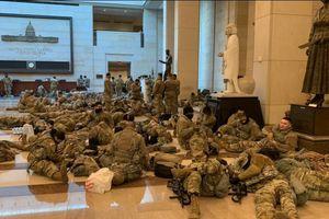 Tòa nhà Quốc hội Mỹ biến thành căn cứ quân sự, binh sĩ ngủ ở mọi nơi