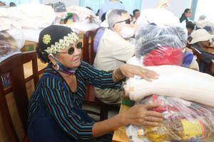 Ban Từ thiện thiền viện Vạn Hạnh trao quà Tết tại Đồng Nai