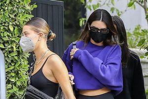 Hailey Baldwin gợi cảm đi mua sắm cùng bạn thân Kendall Jenner