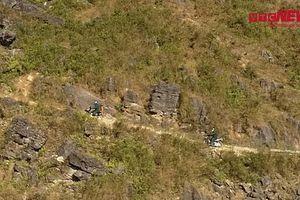 Vượt núi đá hiểm trở đưa con nuôi đồn biên phòng về đón Tết người Mông