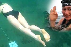 Trời lạnh -22 độ C, nữ kình ngư mặc độc bộ bikini mỏng manh và bơi 85m dưới mặt hồ đóng băng để lập kỷ lục thế giới