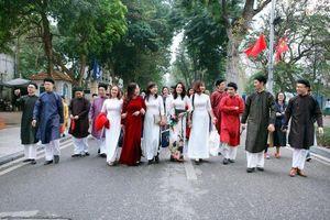 Các nghệ nhân tư vấn may mặc áo dài 'chuẩn' truyền thống