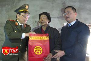 Giám đốc CATP Hà Nội thăm tặng quà tết gia đình chính sách tại huyện Mỹ Đức