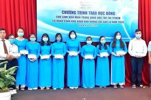 100 sinh viên miền Trung bị ảnh hưởng bão lũ nhận học bổng