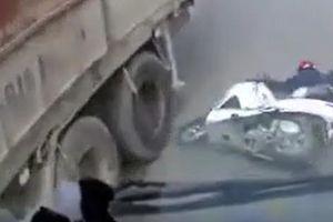 Thót tim trước cảnh tài xế xe máy lách khỏi gầm xe tải