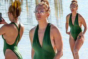 Jennifer Lopez phô diễn đường cong nóng bỏng trứ danh