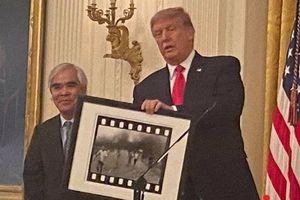 Nick Út bị tấn công, máy ảnh bị đập nát sau khi được ông Trump trao huân chương