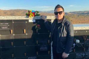 Con trai Hoài Linh tới viếng mộ nghệ sĩ Chí Tài tại Mỹ