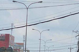 Cà Mau: Người dân nhà mặt đường 'mặc áo mưa' quây nhà chống bụi