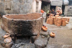 Cận cảnh đốt lò nấu nồi đất 'kiểu mới' ở Trù Sơn