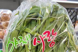 Chàng trai Việt Nam sống ở Hàn Quốc chia sẻ túi rau nhìn như cỏ bán 280.000 đồng/lạng, dân mạng tranh cãi thực hư nó là gì?