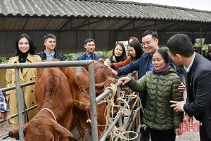 Báo Tiền Phong phối hợp trao 1 tỷ đồng hỗ trợ người dân vùng lũ Hà Tĩnh mua bò giống