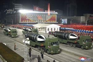 Triều Tiên bất ngờ tổ chức duyệt binh tối, phô diễn tên lửa phóng từ tàu ngầm 'mạnh nhất thế giới'