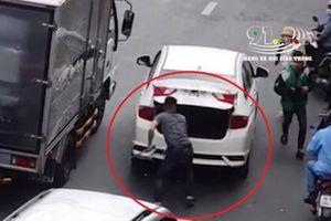 Ô tô va chạm, tài xế mở cốp vác hung khí đuổi đánh người