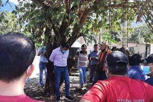 Không giữ lời hứa, quan chức thành phố bị người dân trói vào gốc cây