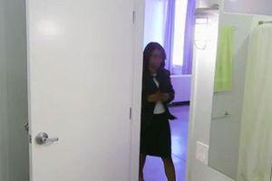 Nửa đêm tỉnh dậy đi vệ sinh, người phụ nữ thất kinh hồn vía khi vừa mở cửa