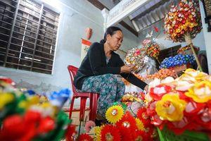 Rực rỡ sắc màu Tết tại làng nghề hoa giấy hơn 300 tuổi