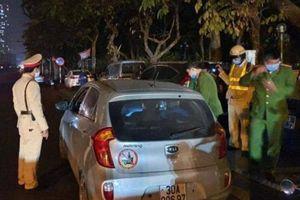 Hà Nội: Phát hiện nam tài xế uống rượu điều khiển ô tô, mang theo súng đạn
