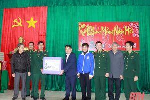 Trưởng Ban KKT Nghi Sơn và các Khu công nghiệp tỉnh Thanh Hóa thăm, chúc tết cán bộ, chiến sỹ Đảo Mê