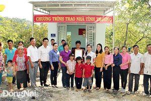 Văn phòng Tỉnh ủy bàn giao 2 căn nhà tình thương cho người nghèo